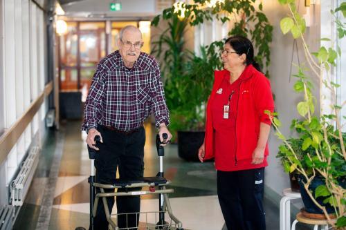 Björkbackens vård- och omsorgsboende. Lars Wennberg och Maria Rey, undersköterska.