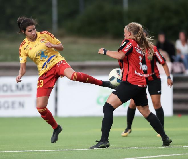 Victoria Isaksson i kamp om bollen.