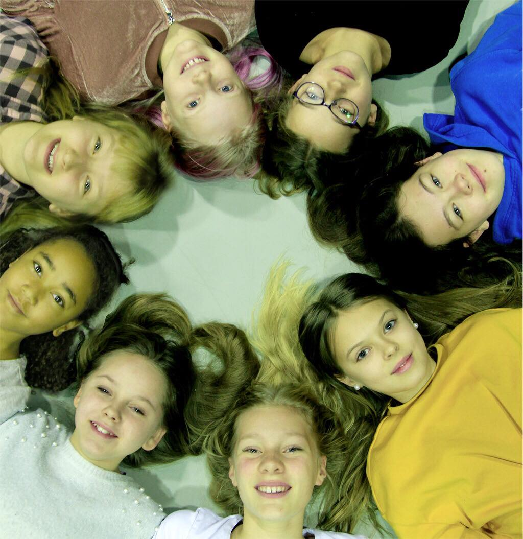 Medurs med start på Bianca Albertsson i gul tröja, Maja Westin-Karlsson<span>,Elin Nordström Styffe, Miya Papadopoulou, Amanda Vesala, Stella Löwstett, Katya Campbell, Agnes Agnewald Schaub</span>