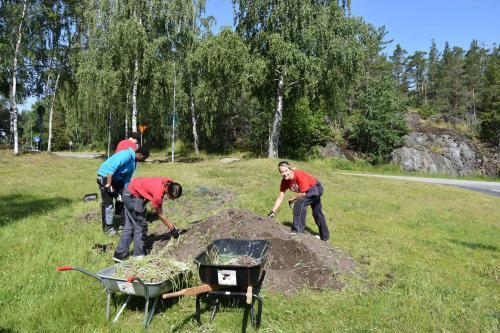 Anita arbetar tillsammans med sommarjobbare.