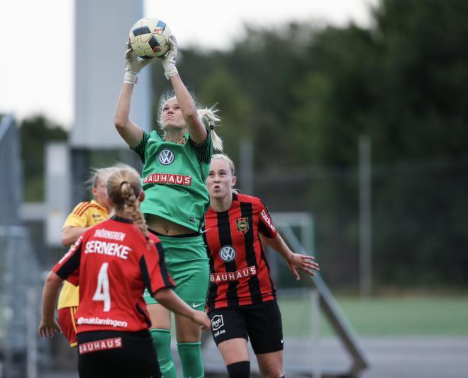 Nicole Persson kommer högst och höl nollan mot Tyresö.