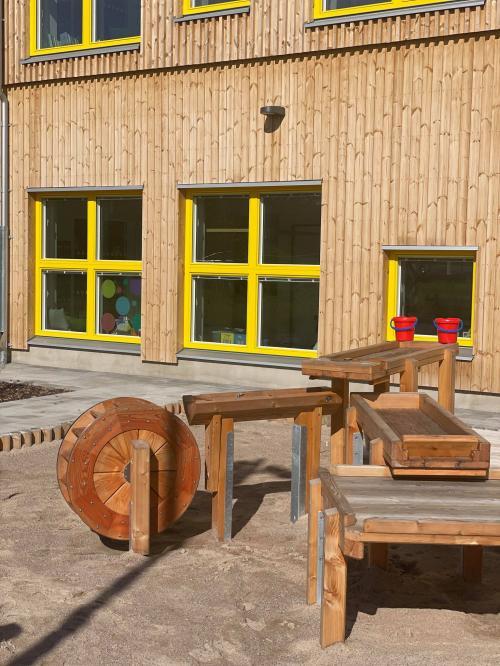 Fokus har lagts på att skapa lokaler för mindre barngrupper, som är öppen, innehållsrik och inbjudande och där miljöerna väcker nyfikenhet