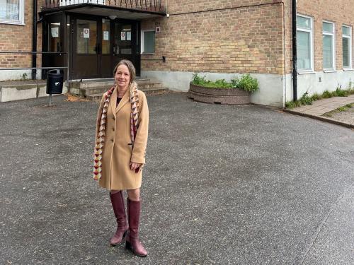 Anita Mattsson (S) KSO, utanför Kumla Skola som nu ska genomgå en stor renovering. Även fler skolor i Tyresö rustas och renoveras.