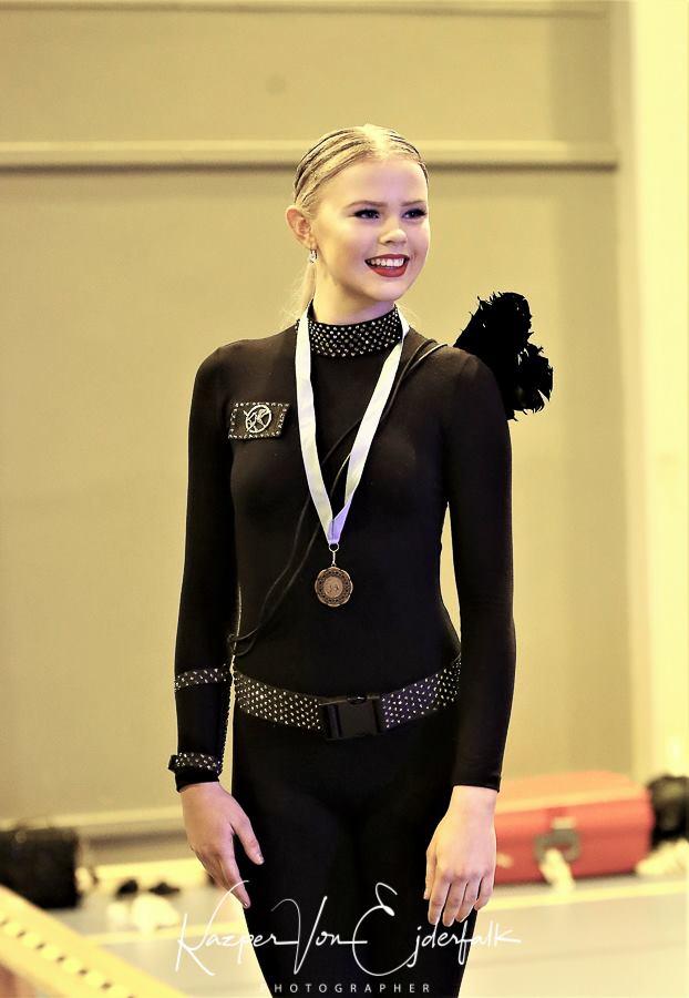 Wilda Fundin klär i guld och medaljer.