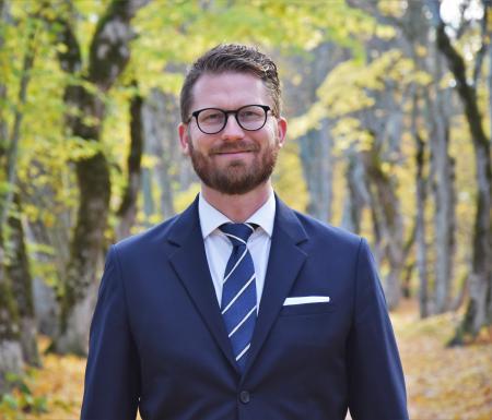 Mathias Tegnér (S), riksdagsledamot och gruppledare i Tyresö Bostäders styrelse, är positiv till att inkomstkravet tas bort.