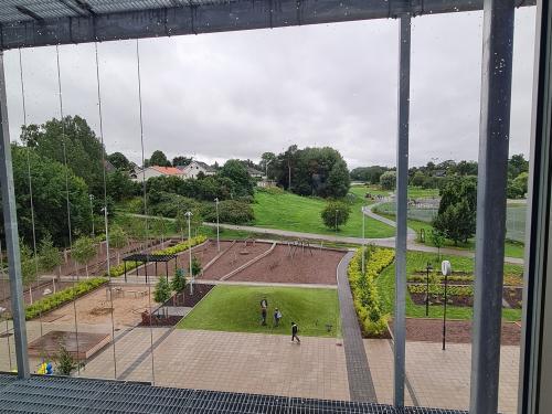 Den nya skolan har utskikt mot Fornuddsparken