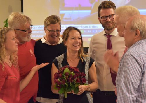 Anita Mattsson, Socialdemokraternas kandidat till kommunstyrelsens ordförande, gratuleras av glada valarbetare på Socialdemokraternas valvaka