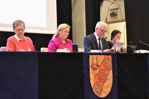 Fullmäktiges nyvalda presidie med Sonja Gustafson (M), 2:e vice ordförande till vänster, Christina Melzén (L), vice ordförande i mitten och Anders Linder (S), ordförande till höger. Längst till höger syns kommunsekreteraren Päivi Sandholm
