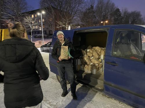 Roger Öhman säljer närproducerad potatis från Ösmo och beskriver hur försäljningen via REKO-ringar nu är bättre än gårdsförsäljningen.