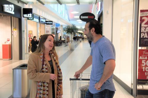 Anita Mattsson stannar och pratar med Simon Sagici i Tyresö Centrum Foto: Tyresö Nyheter
