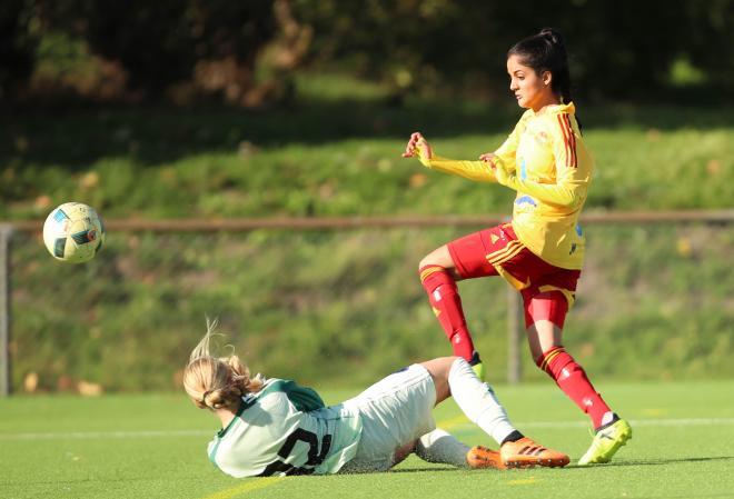Nazeri försökte lyfta bollen förbi Granlund i målet men även där stod Täbykeepern ivägen.