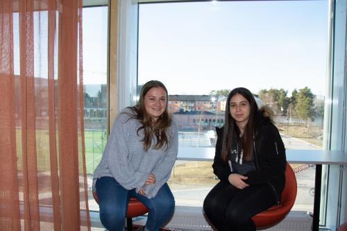 Chana (tv) och Victoria (th) från Lyon.