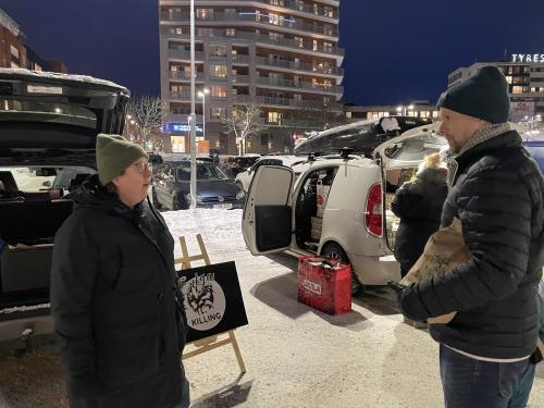 Anna Sundberg på Enöga killing i Huddinge, köper in killingar från 9 gårdar som annars skulle destrueras och säljer mjölk, getkött, ost och fällar. Här pratar Anna med en kund, Jonas Eriksson, som för första gången besöker REKO-ring Tyresö. Han tycker det är ett superbra koncept och ett kul sätt att handla på.
