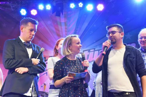 Elias Moberg och Nina Hjelmkvist tillsammans med vinnaren Moises Rumie