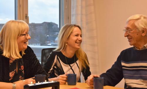 Anita diskuterar Träffpunkt för äldre.