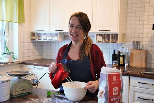 Anita Mattsson hemma i sitt kök när hon bakar tårta Foto: Privat