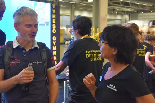 Tyresös kommundirektör. Stefan Hollmark, var på besök och pratade bland annat med rektorn för Tyresö gymnasium, Lena Beskow.