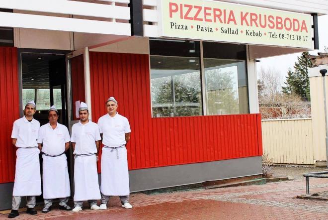 Det glada gänget på Pizzeria Krusboda poserar utanför de nya lokalerna.