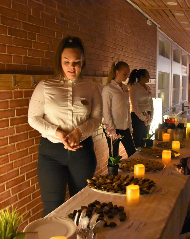 Elever från hotell- och turismprogrammet serverade egenbakade kakor och annat tilltugg