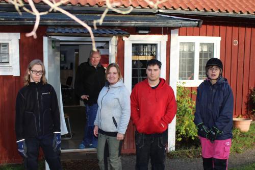 Isak, Staffan, Carina, Daniel och Lena samlade utanför torpet vid ridhuset.