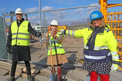 <span>Simon Sjöbom, utvecklingschef på SPG, Anita Mattsson, kommunstyrelseordförande och Annika Grönberg, avdelningschef NCC, invigde gemensamt bygget i Bollmorabacken</span>