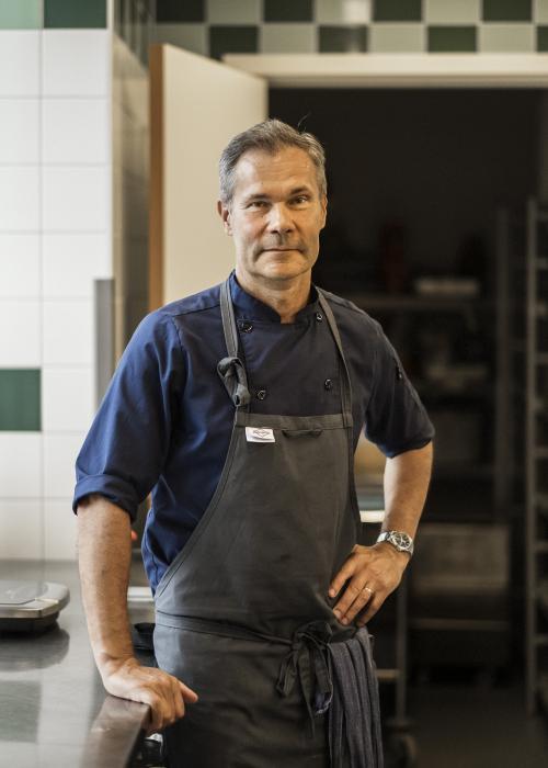 Tomas Wiklund, köksmästare på Krusboda skola, vill se till att skolan blir självförsörjande på sallad.