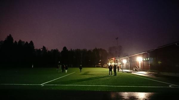 Flickor 04 försöker spela fotboll i mörkret på Trollbäckens IP