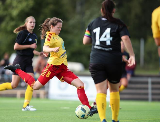 Ida Ahlbom sätter det första av sina två mål mot Älta.