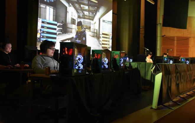 E-sporteventet där två lag mötte varandra i CS och LoL.