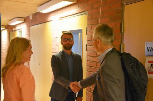 Anita Mattsson (S) och Stefan Hollmark hälsar på Rättviks hållbarhetschef Markus Svensson<span><br /></span>
