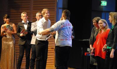 Erik Linder gratulerar Perdaniel Söderlind till vinsten