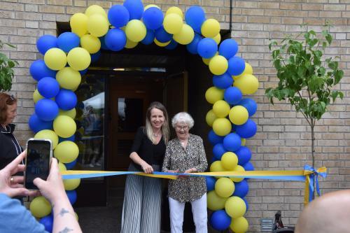 Kommunstyrelsens ordförande Anita Mattsson (S) klipper band tillsammans med<span>Maj-Britt Ekstrand, 97 år som i en kommentar till tyreso.se säger att hon ser fram emot att få besöka verksamheten.</span>