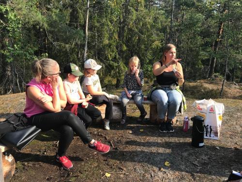 Jannice Rockstroh, Alexander Heads, Ellen Ahlfors, Frida Källström och fritidsledaren Marie Bergkvist tar paus vid naturstigen.