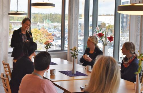 Anita Mattsson (S) hälsar Lena Hallgren (S) tillsammans med personalen från Björkbacken välkomna.