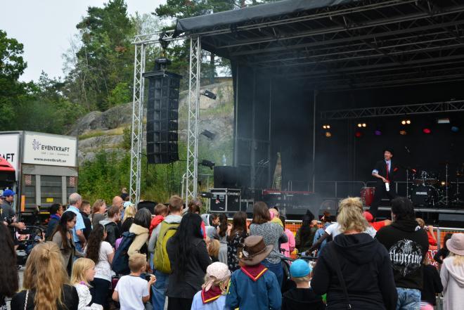 <span>På scenen bjöds det på fantastiska shower med allt från sång och musik från kulturskolan, dragplåstret Jasmin Kara och här, trollkarlen Jonas Södergren</span>