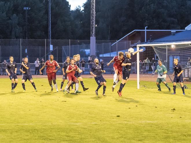 Om KSMB hade epitetet vrålrock så ska Mattias Östberg ha vrålfotboll som sitt. \