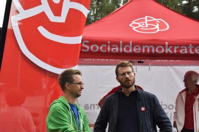 Samtal över partigränserna mellan den socialdemokratiske riksdagsledamoten Mathias Tegnér och Miljöpartiets Mikael Ordenius