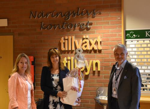 Kommunstyrelsens ordförande Anita Mattsson(S), näringslivschefen Gunilla Berg och kommundirektören Stefan Hollmark utanför näringslivskontoret i Rättvik
