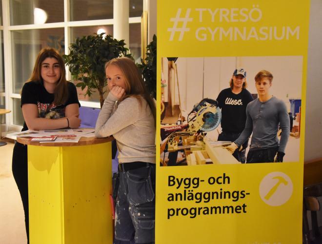 Aleyna och Wilma från bygg- och anläggningsprogrammet svarade på frågor från nyfikna besökare.