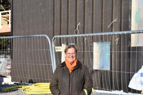 Susan Ronström, vice ordförande i Äldre- och omsorgsnämnden framför den blivande gruppbostaden på Stjärnvägen.