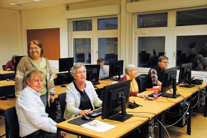 Delar av släktforskningsgruppen med handledaren Lilian Boquist.
