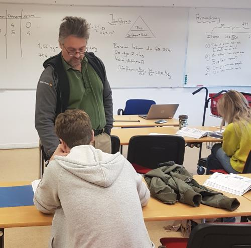 Läraren Patrik Belina instruerar en elev i matematik.