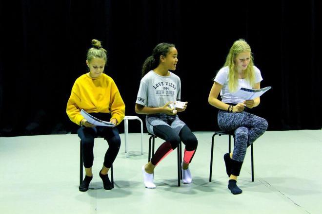 Bianca Albertsson, Myia Papadoupolous och Maja Westin-Karlsson gör en så kallad reading.