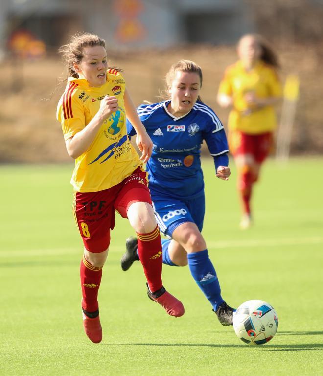 Ida Ahlbom på väg igenom för att sätta säsongens första mål