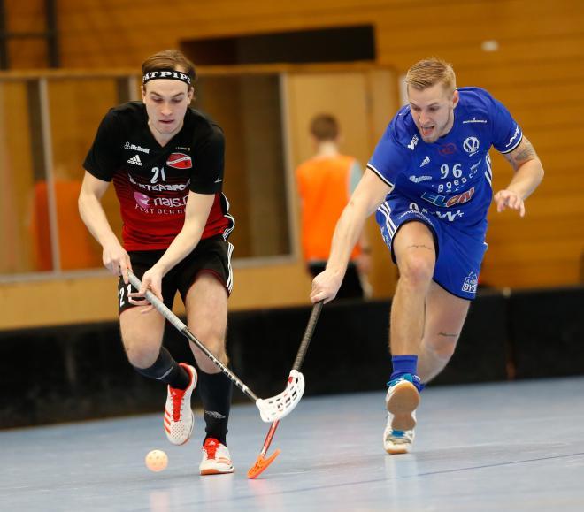 TT´s Oliver Forsberg i kamp om bollen med Värmdös Martin Norling.