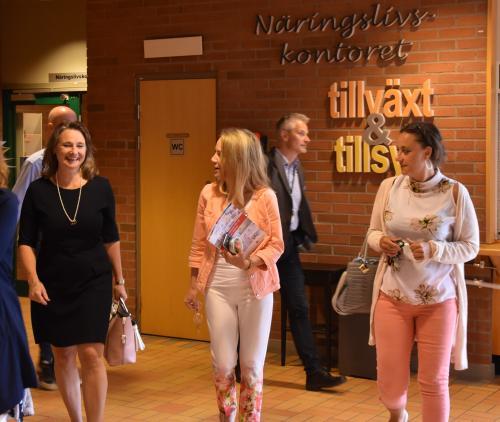 Tyresös delegation lämnar näringslivskontoret tillsammans med kommmunstyrelsens ordförande i Rättvik Annette Riesbeck (C) och näringslivschefen Helena Back