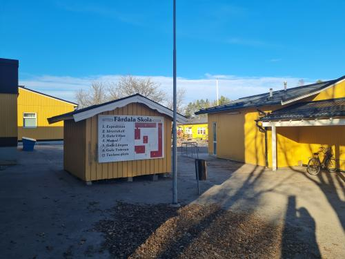 Beslutet om paviljong på Fårdala skola är en del i en långsiktig plan för upprustning av alla kommunens skolor och för att säkerställa antalet skolplatser framåt. Det är första gången en sådan plan görs.