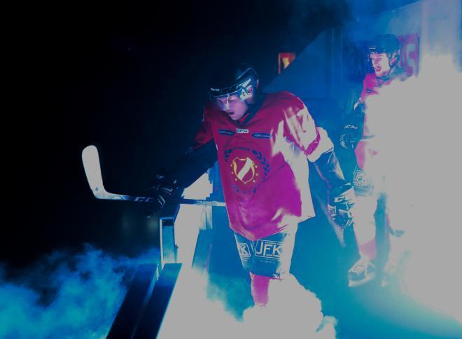 Rök och laser så startar en riktig hockeyfest.