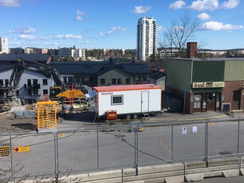 Arbetet pågår. Till höger i bild syns Graniten livs som nu får ge plats för nya bostäder.