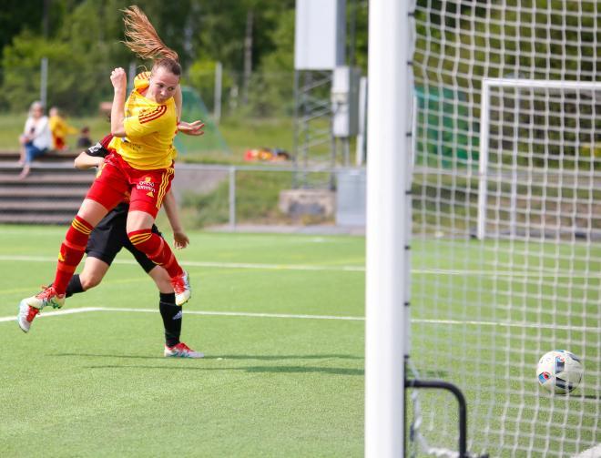 Frida Thörnqvist forcerar in 4-0 på inlägg från Josefine Lindberg.